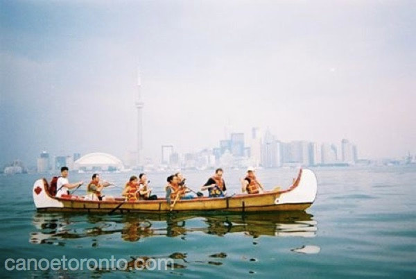 children learning canoe skills in toronto during paddle toronto islands summer camp session